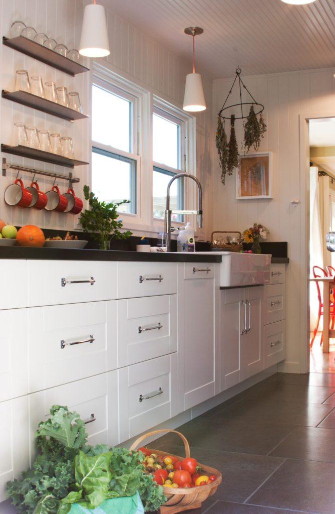 Узкие кухонные полки из металла