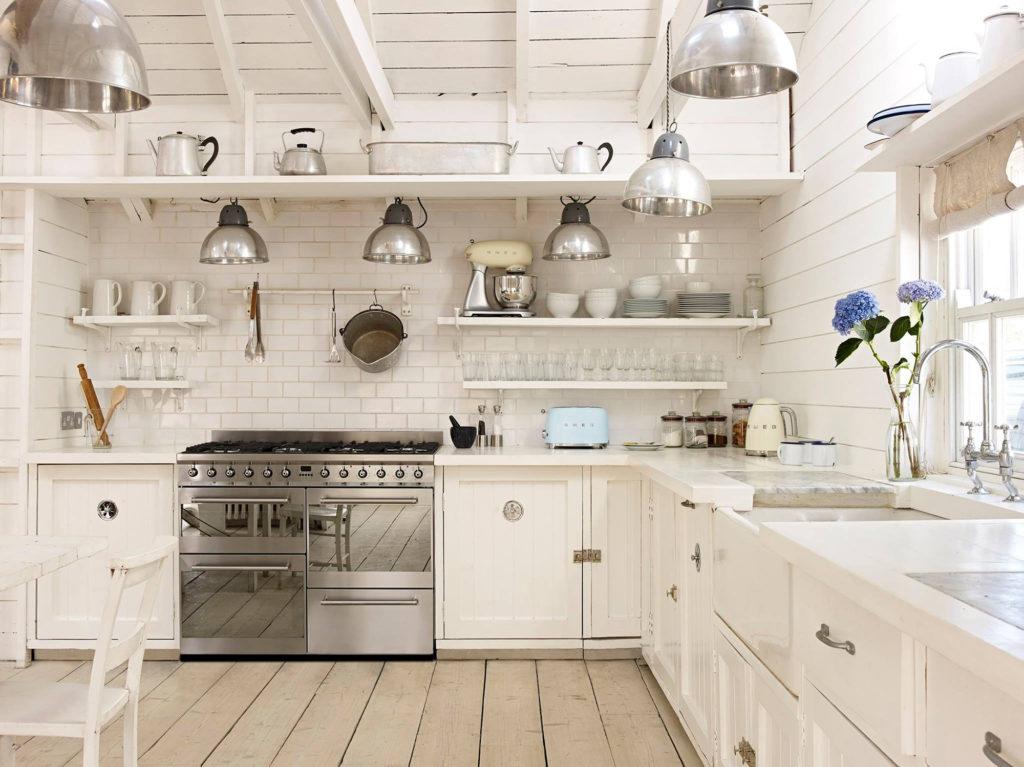 Белые пластиковые кухонные полки