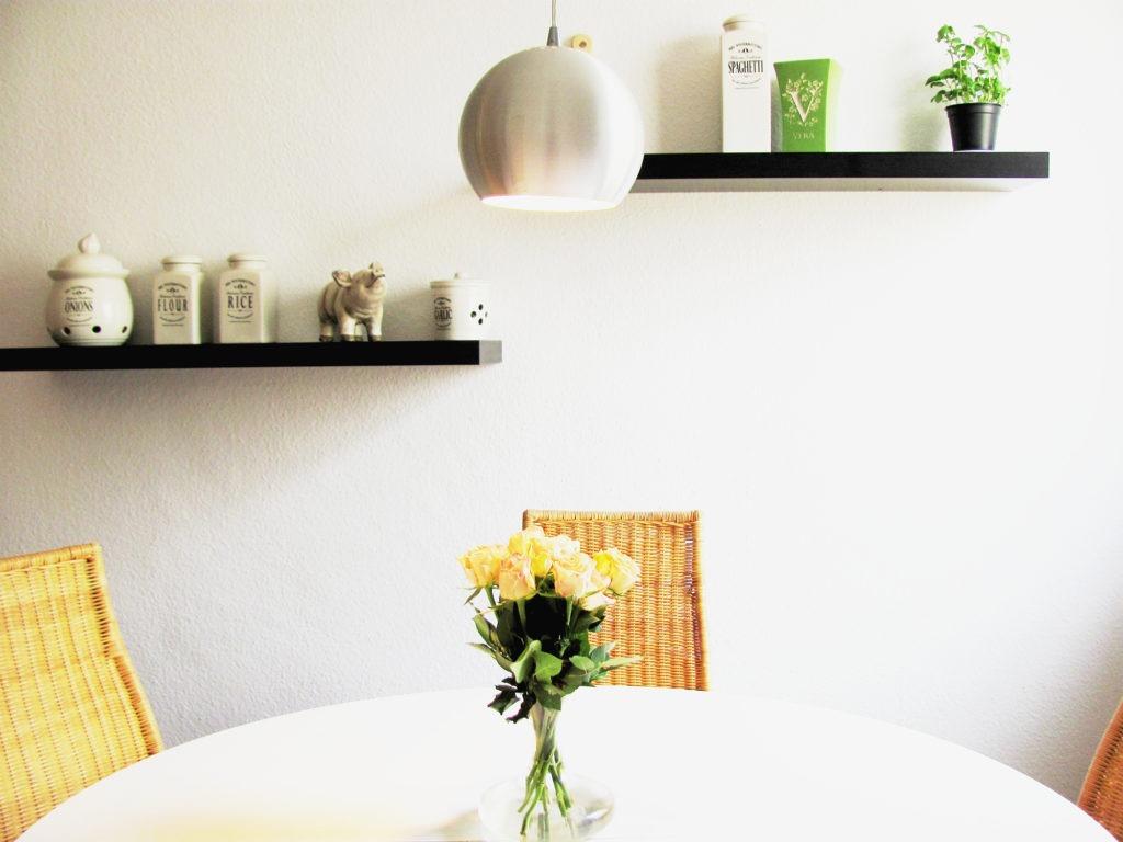 Черные кухонные полки из пластика