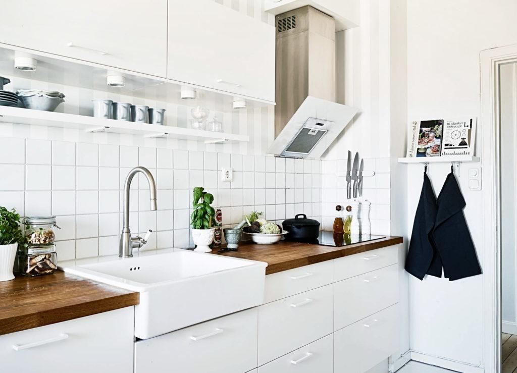 Открытые кухонные полки делают светлую кухню еще объемнее