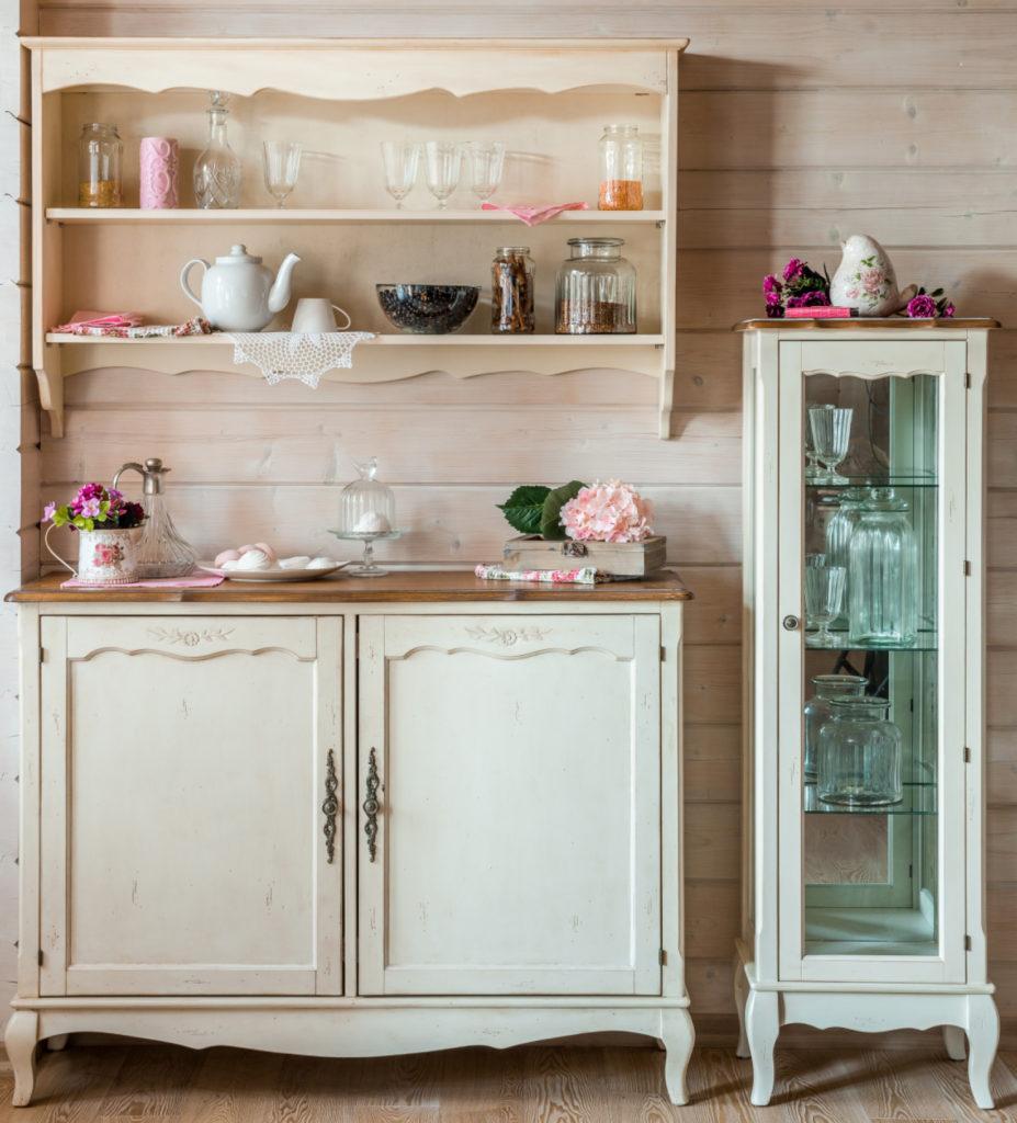Кухонные полки из стекла смотрятся очень легко