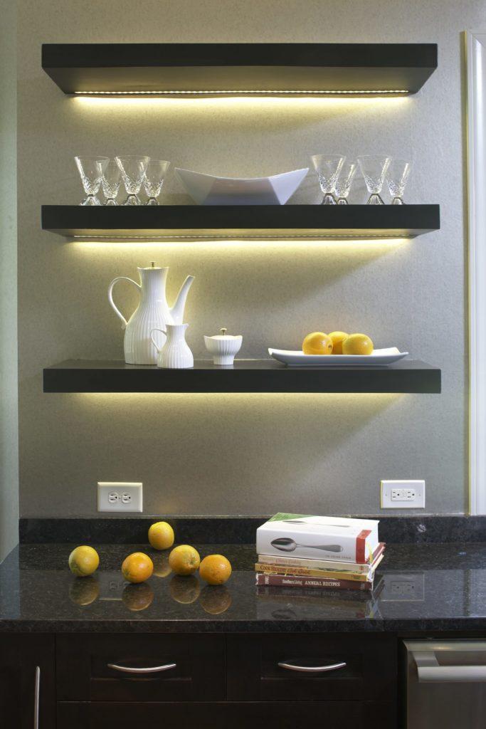 Кухонные полки с подсветкой из черного камня