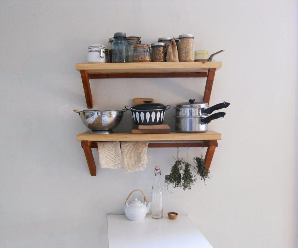 Небольшие деревянные полки подойдут для небольшой кухни