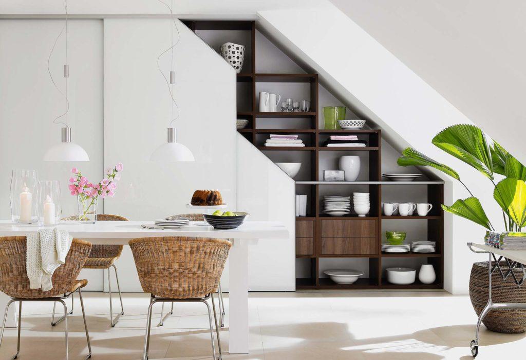 Открытые кухонные полки в шкафу