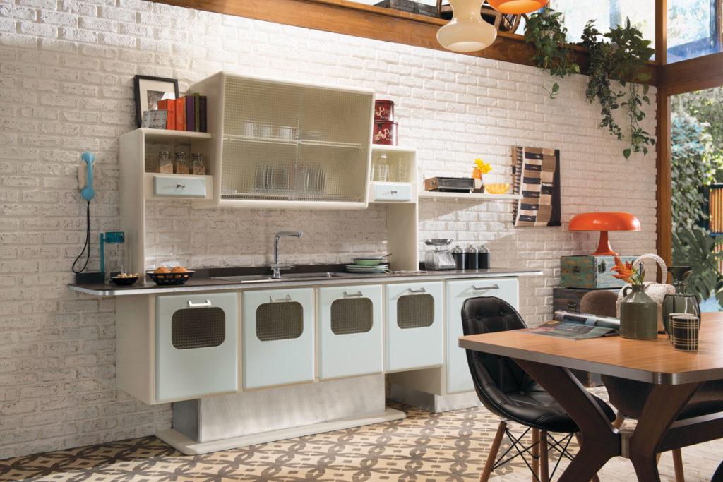 Открытые полки на кухне в ретро стиле
