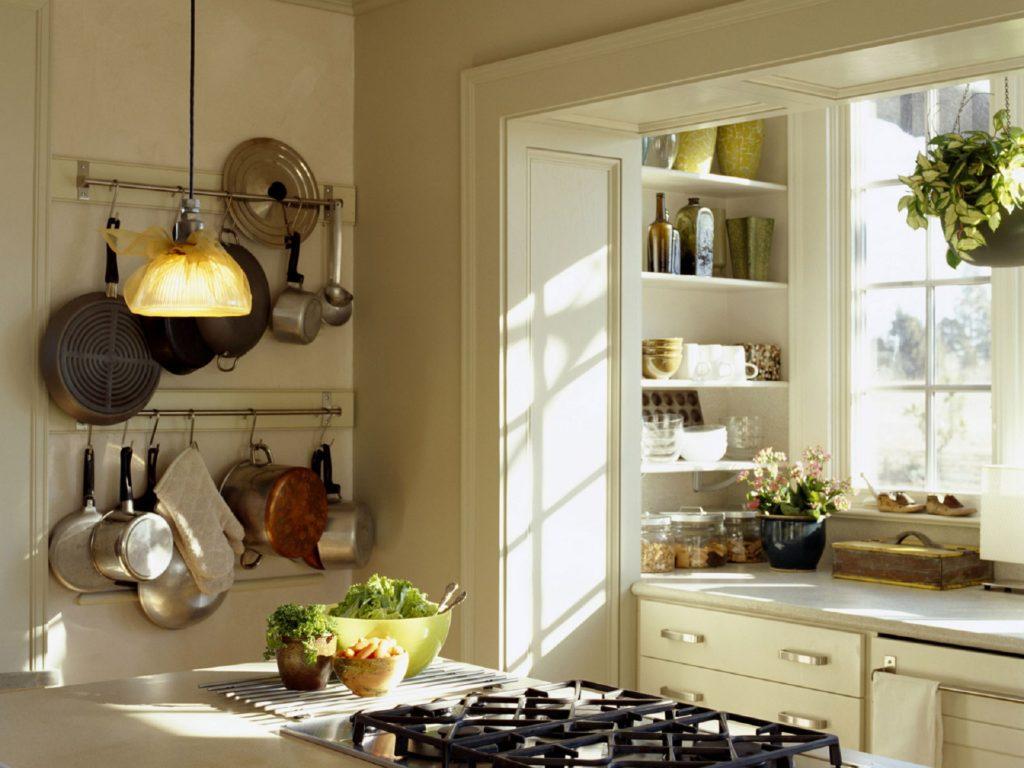Кухонные полки, встроенные сбоку от рабочей зоны
