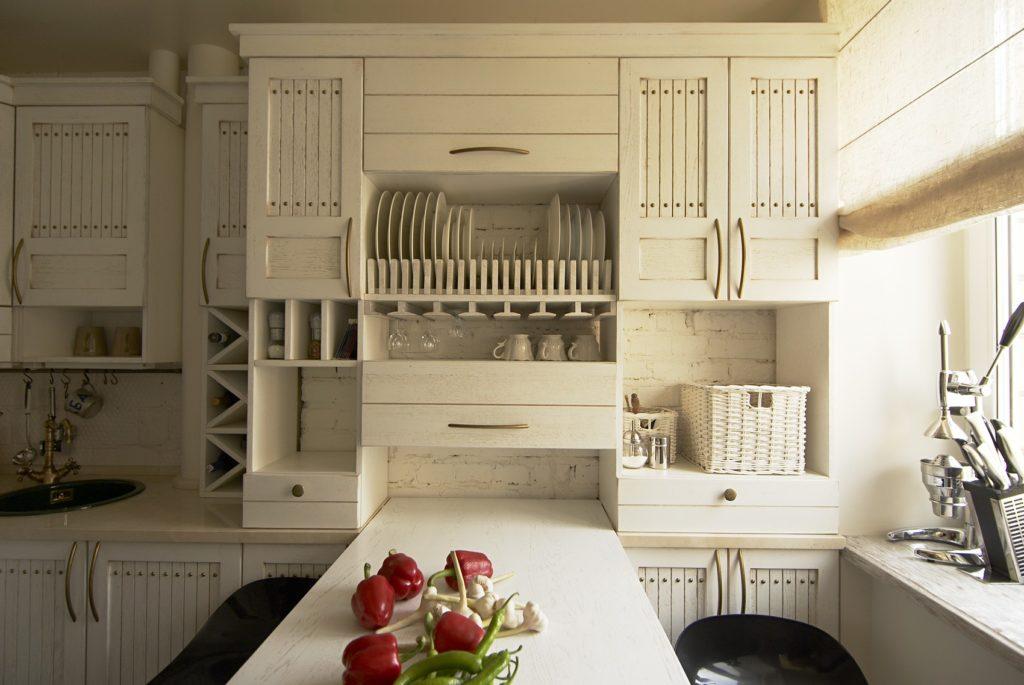 Кухонные полки разных размеров позволяют разместить все, что нужно