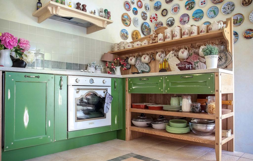 Деревянные кухонные полки отлично дополняют сельский стиль