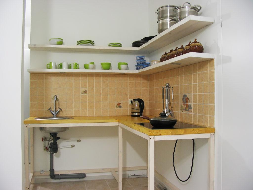 Угловые деревянные полки для кухни