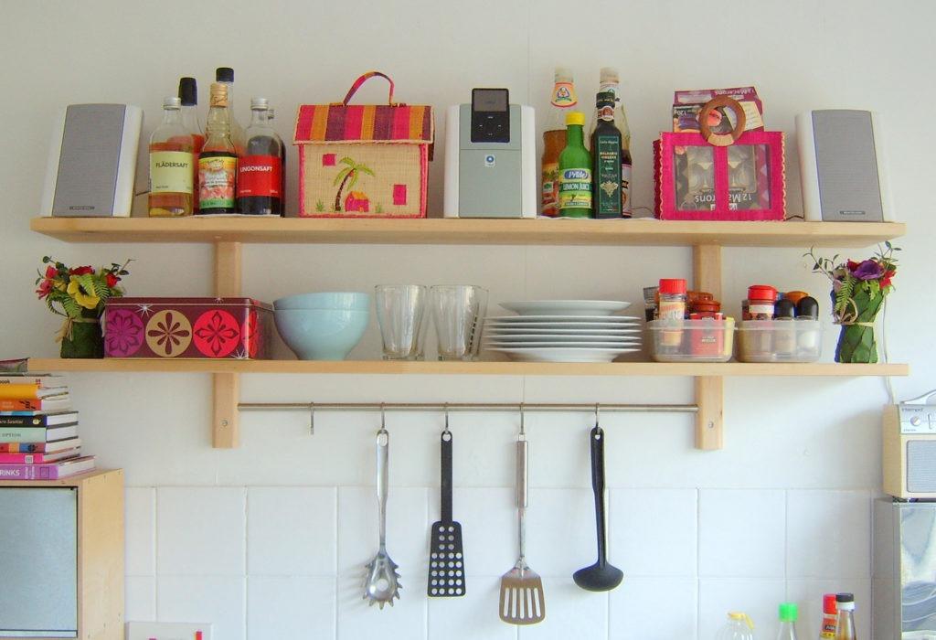 Светлые деревянные полки для кухни