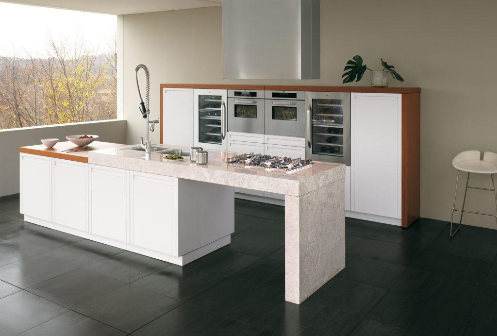 Практичная кухня с островом и большим окном