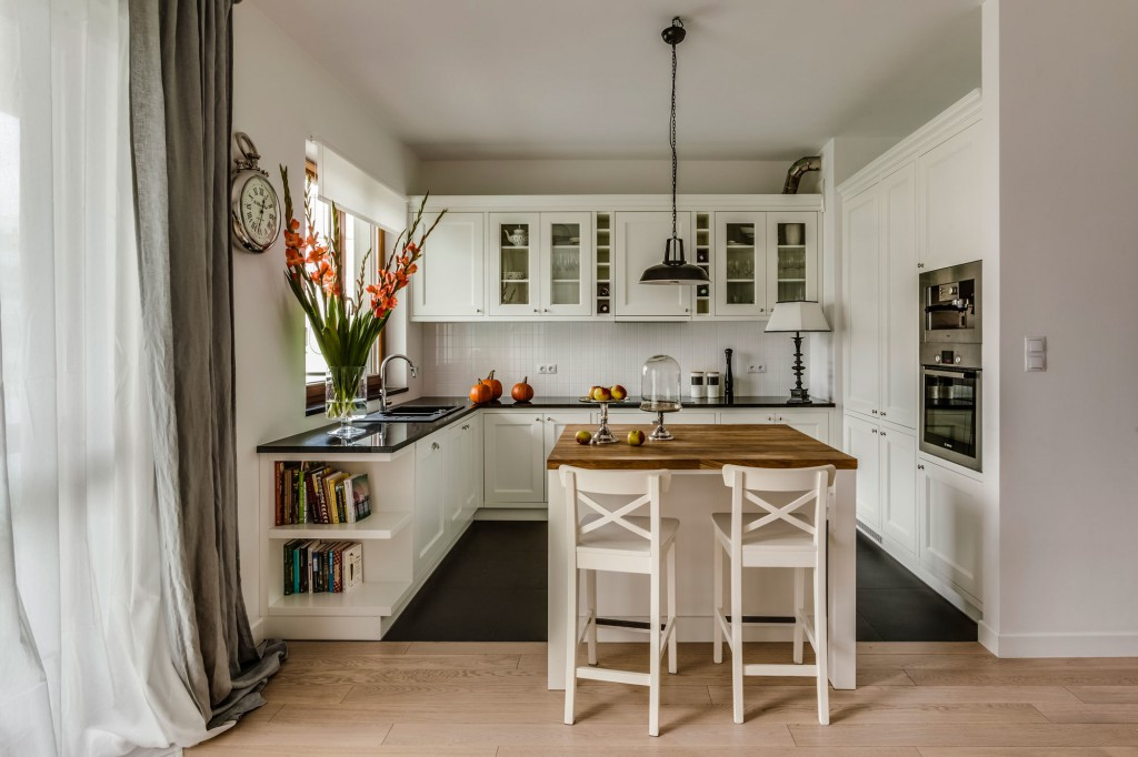 Светлая кухня с островом с деревянной столешницей