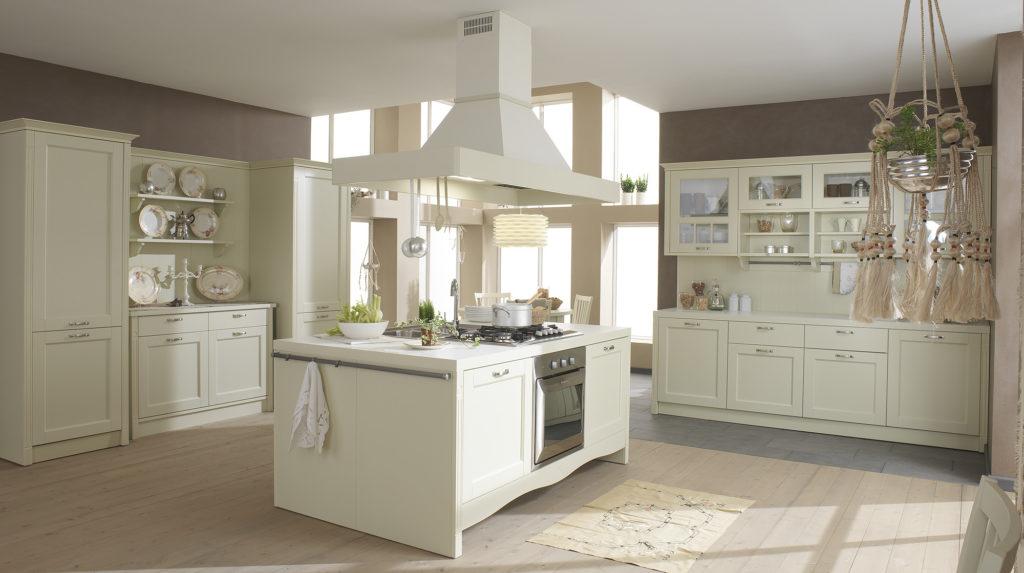 Кухня с островом в сдержанном классическом стиле