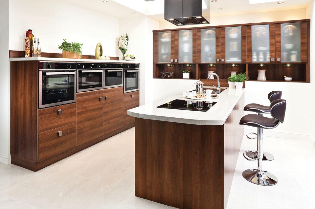 Большая кухня в современном стиле с многофункциональным островом
