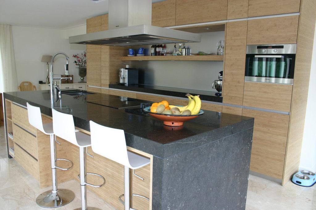 Кухня с островом из натурального камня