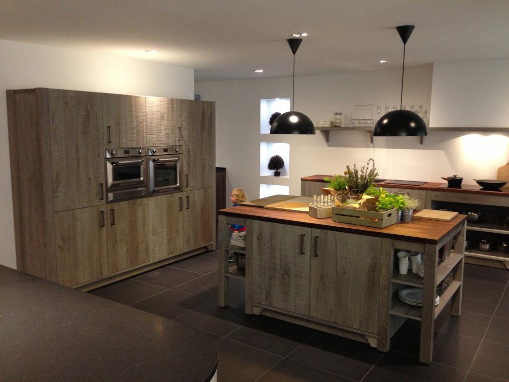 Кухня в стиле лофт с деревянным островом