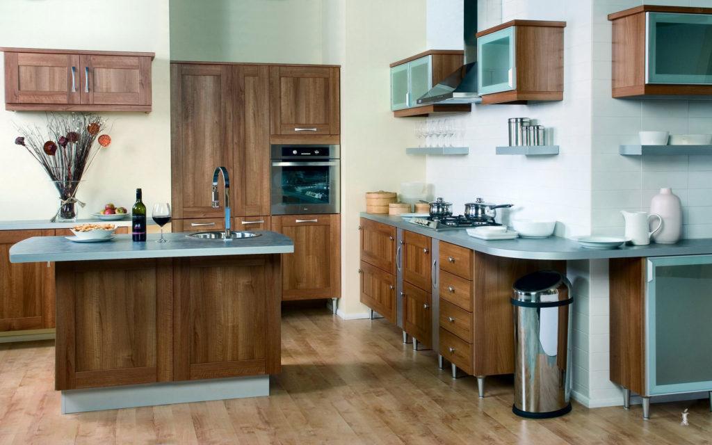 Серо-коричневая стильная кухня