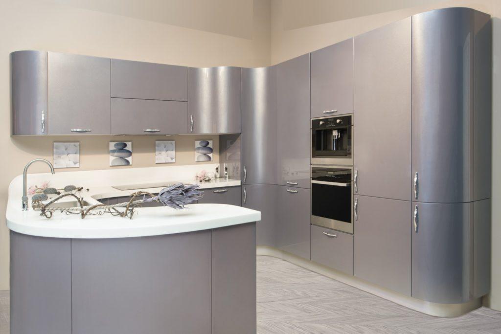 Кухонный гарнитур с серым фасадом плавной формы