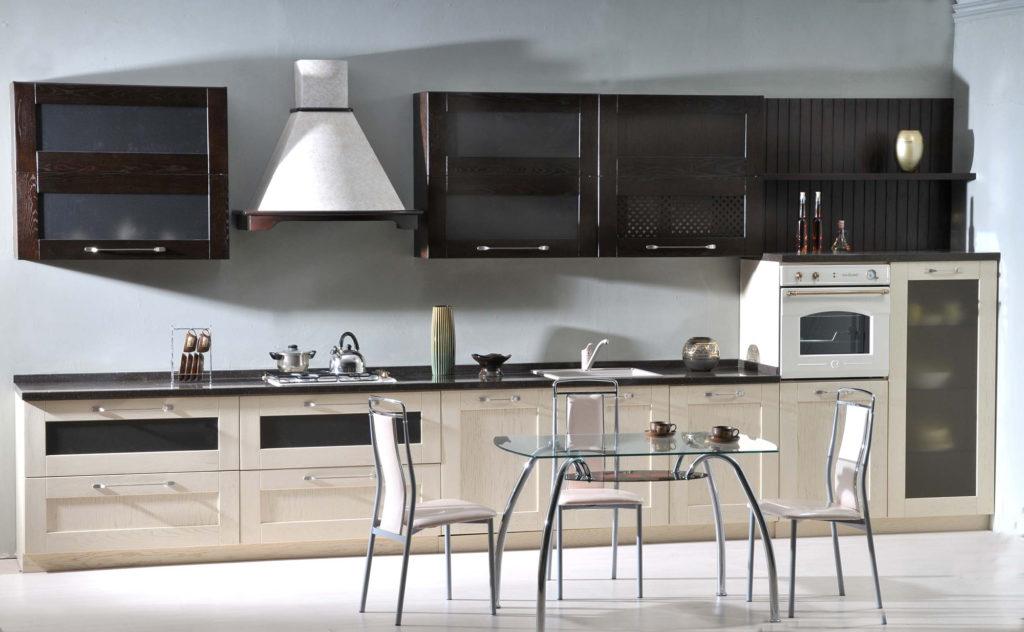 Кухня с серой стеной