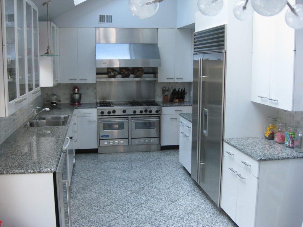 Кухня с серыми столешницами и белой мебелью