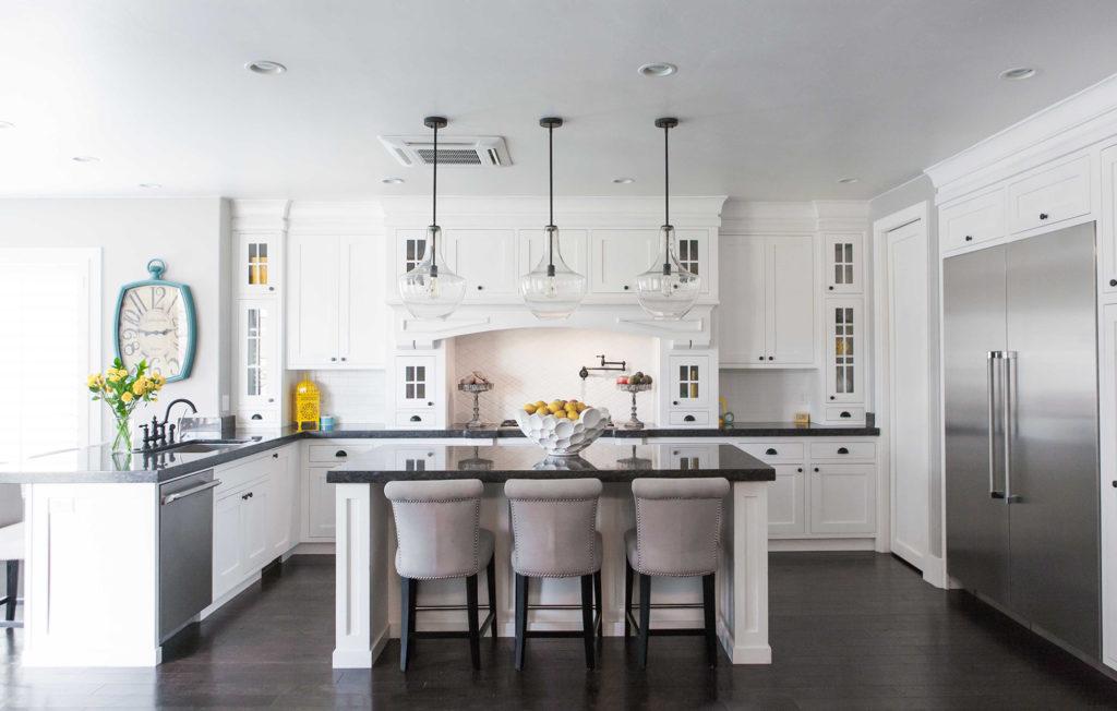 Кухня с серой столешницей и мебелю
