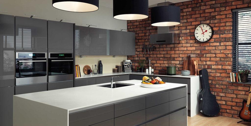 Серо-белая кухня с кирпичной стеной