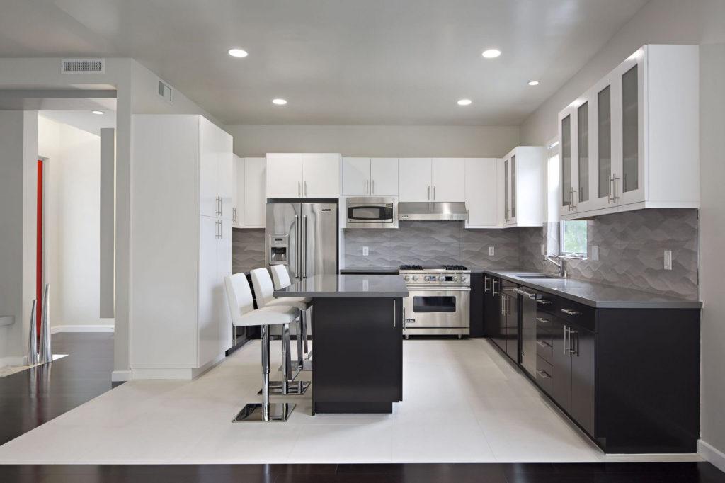 Черно-белая кухня с серыми столешницами
