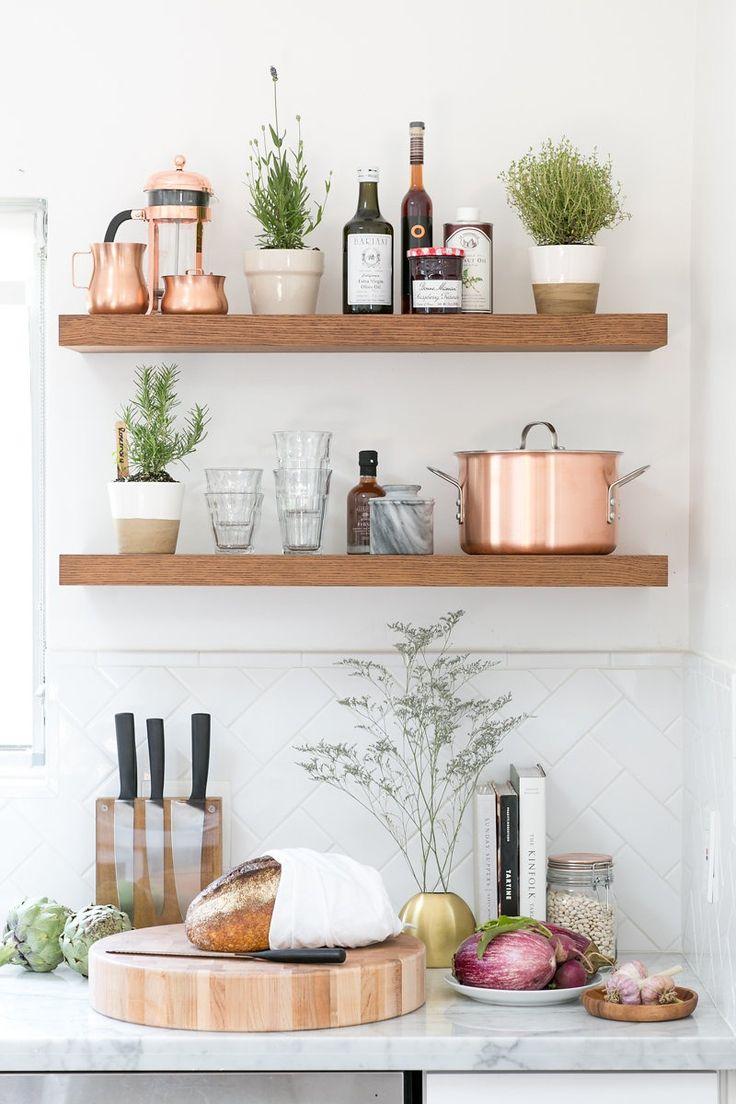 Кухня с ламинированными полками