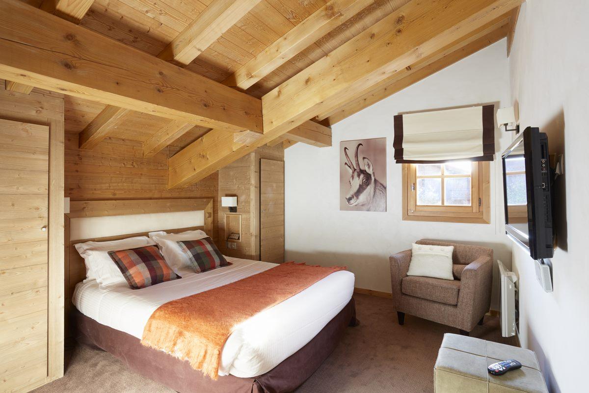 Спальня в мансарде из массива