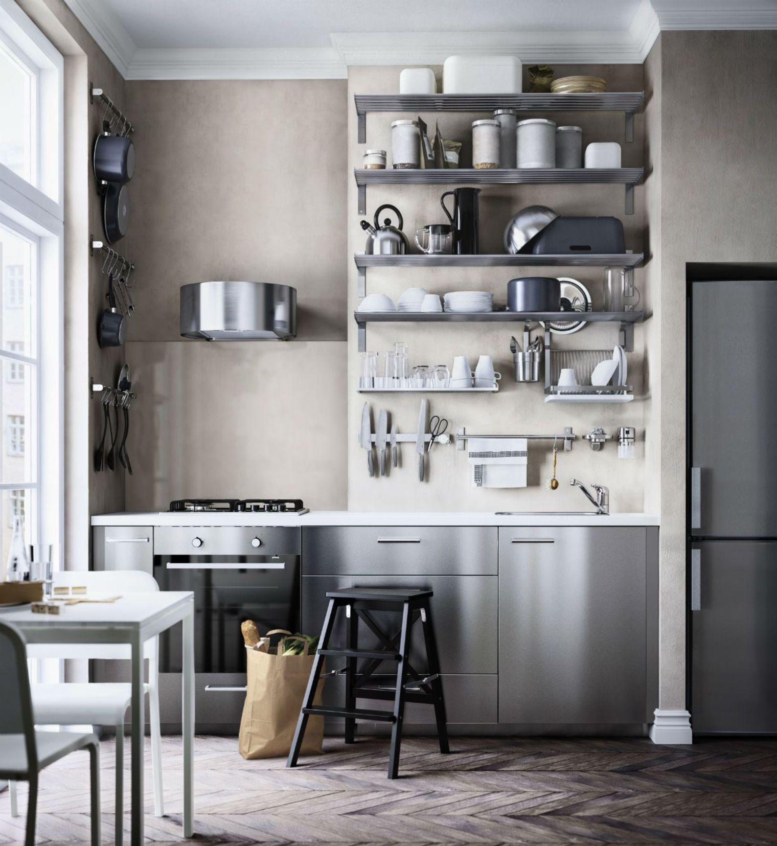 Кухня с металлическими полками