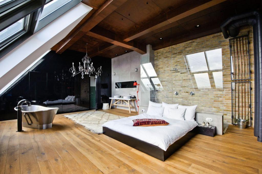 Спальня и ванная в мансарде в стиле модерн