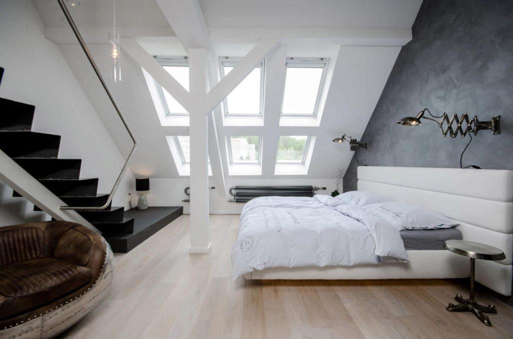 Светлая спальня с лестницей в мансарде в стиле модерн