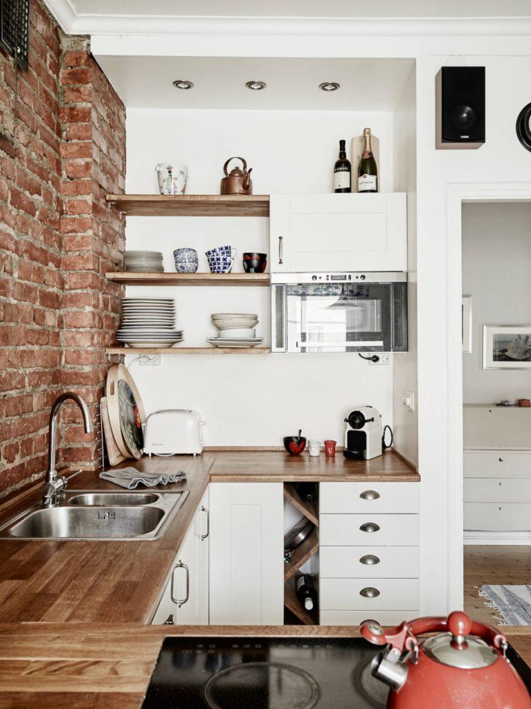 Небольшая кухня с кирпичной стеной