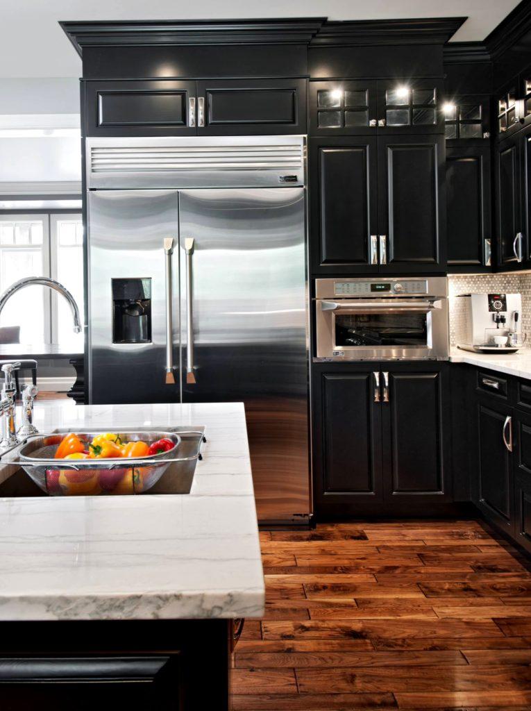 Кухня с черным фасадом и деревянным паркетом