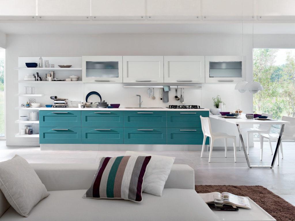 Белая кухня с изумрудным фасадом нижних шкафов