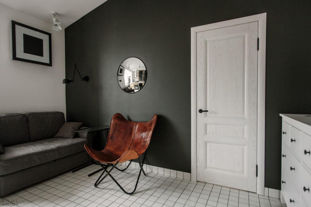 Зеркальный круг и дополнительное освещение гостиной