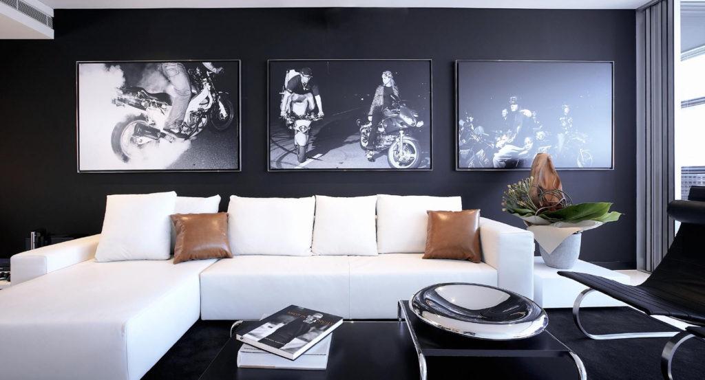 Контрастный дизайн интерьера гостиной