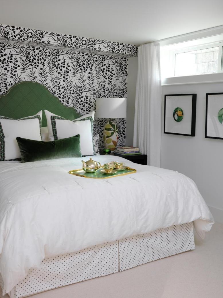 Комбинирование монохромных обоев в спальне