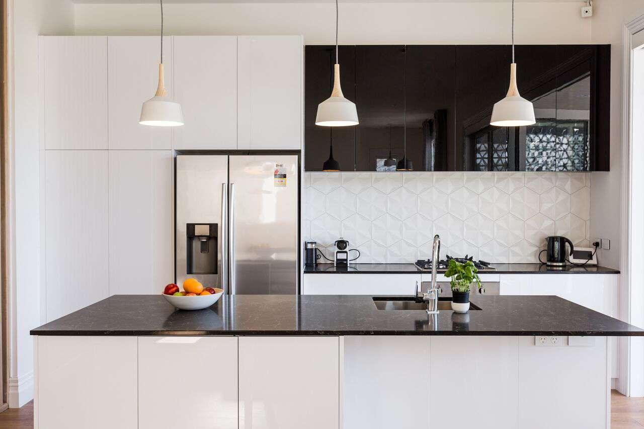 Расположение холодильника на кухне в монохромном дизайне