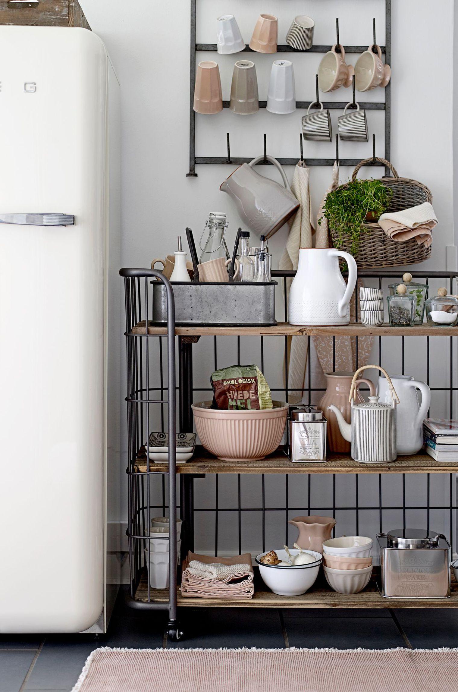 Кухня с напольными полками
