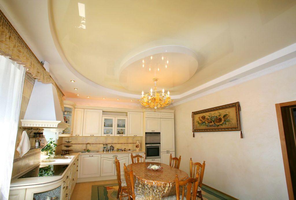 Кремово-белый глянцевый натяжной потолок на кухне