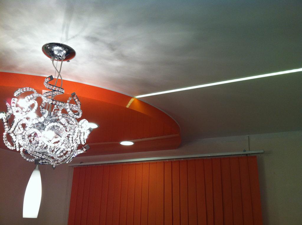 Красно-белый натяжной потолок с подстветкой