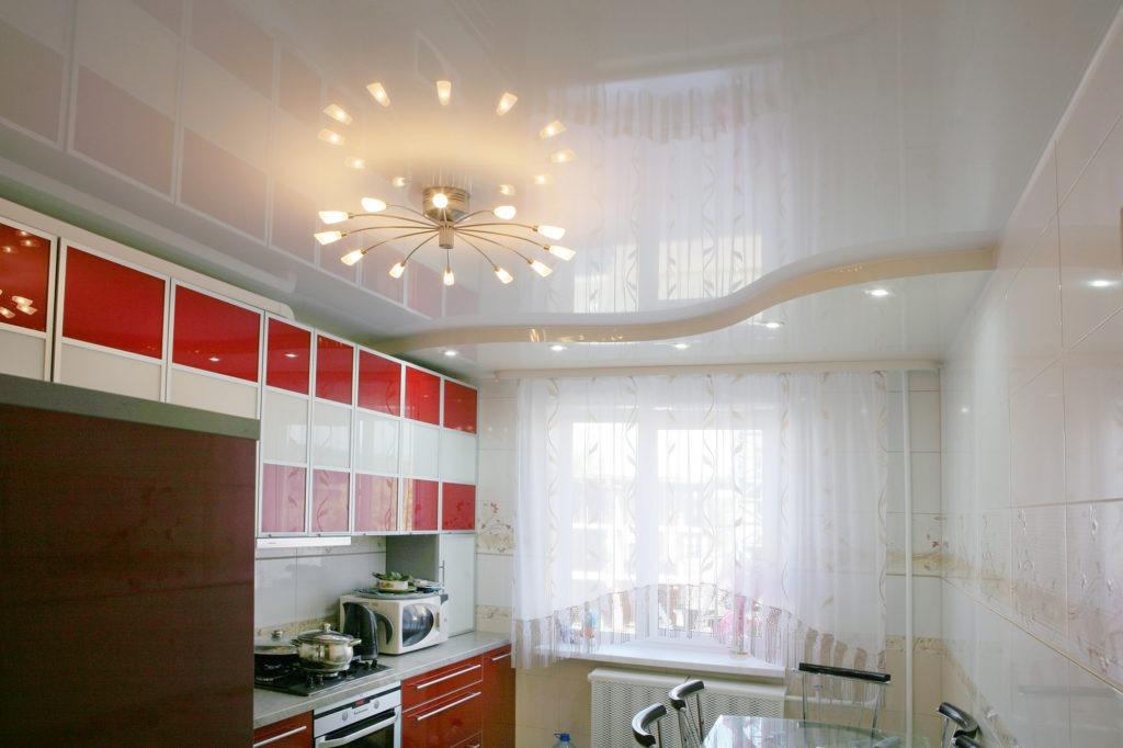 Белый глянцевый двухуровневый натяжной потолок на кухне