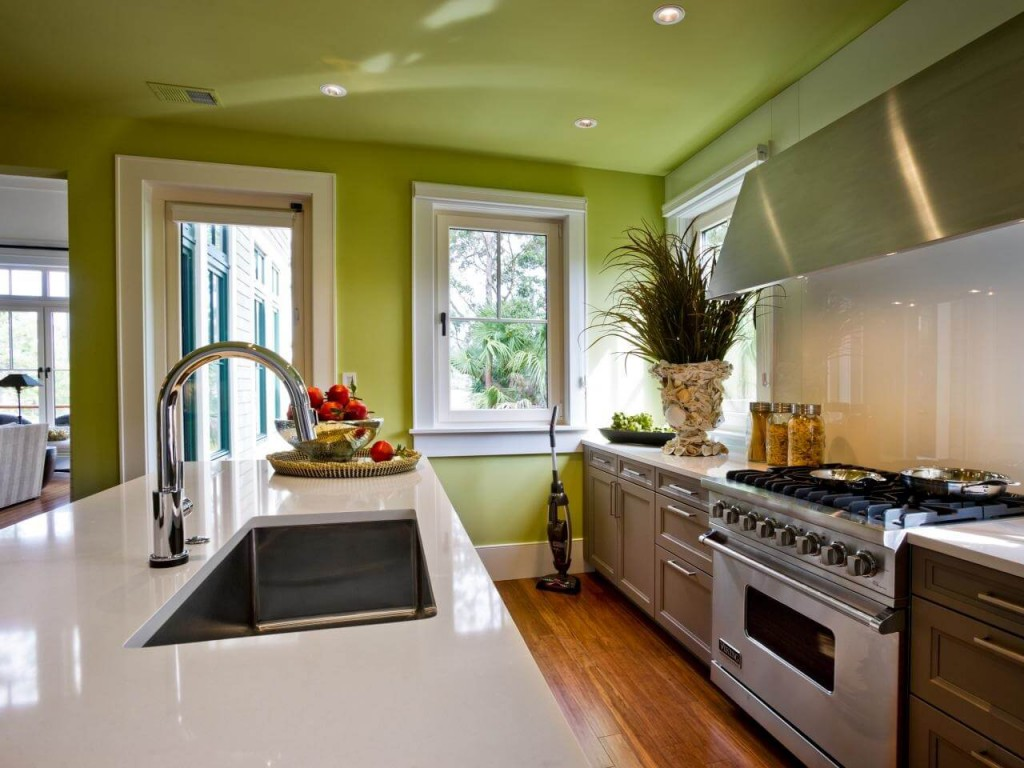 Зеленый матовый натяжной потолок на кухне