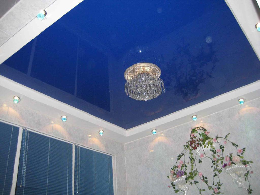 Сине-белый глянцевый натяжной потолок на кухне