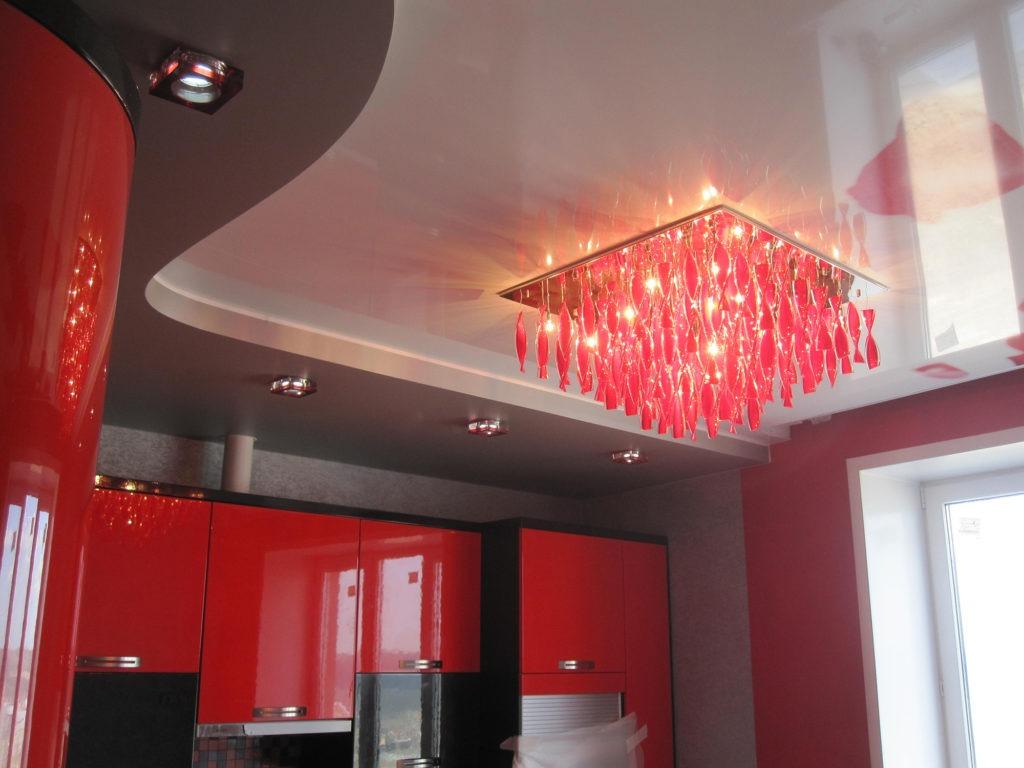 Серо-белый глянцевый натяжной потолок на кухне
