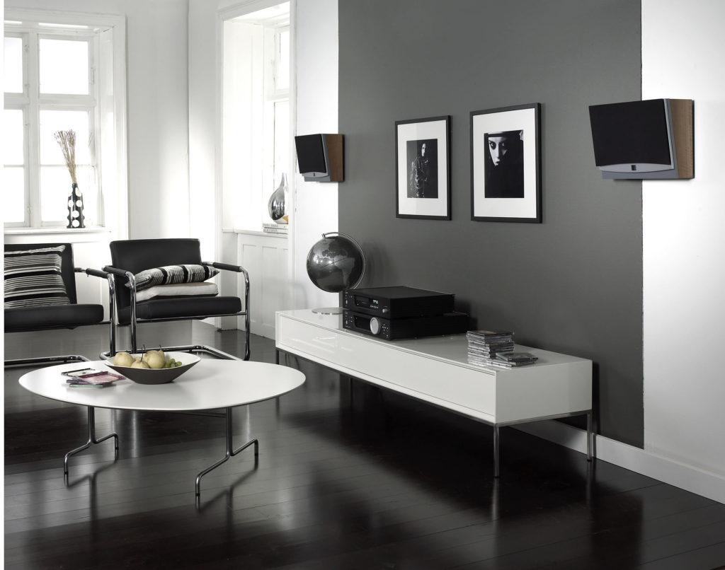 Сочетание белых и черных обоев в интерьере гостиной