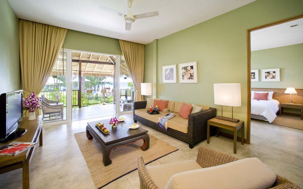 Светло-зеленые обои в гостиной в эко-стиле