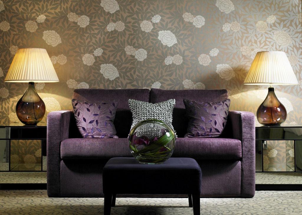Цветочные серо-коричневые обои в гостиной