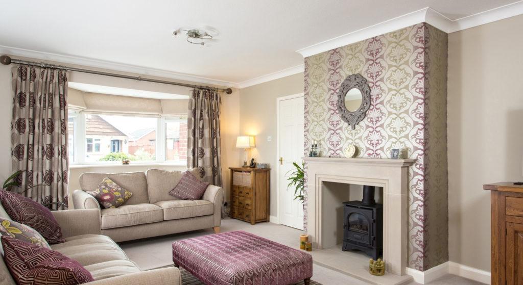 Комбинирование однотонных обоев и обоев с орнаментом в интерьере гостиной
